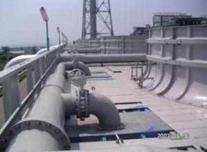 写真4. FRP製塔上配管(ハンド・レイアップ成形品)