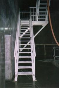 下水処理場構内の階段踏板として。(耐腐食性)