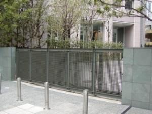 学校の門扉の格子材として使用 GS4040グレー色