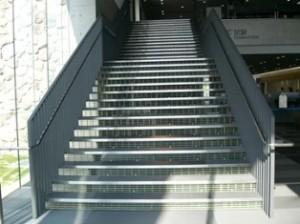 階段の蹴り板として GS2525逆目グレー