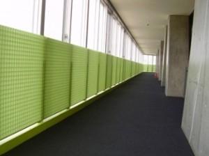高等学校体育館廊下の安全柵として GS4040蓄光クリアタイプ