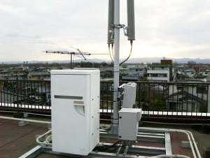 屋上でのFRP収容箱設置写真