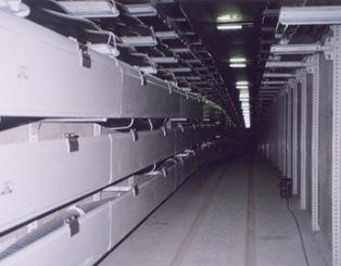 写真3. 地下洞道設置例 防護板(縦スネーク)