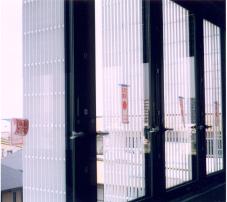 ビルの縦型ルーバー材として PL4040グレー